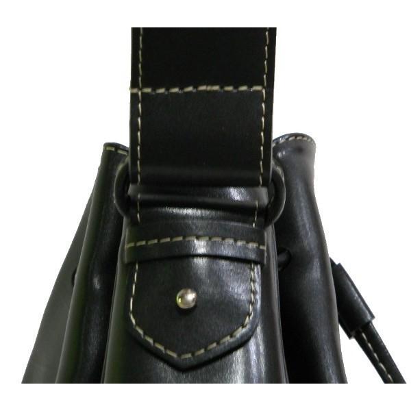 sac port paule de forme bourse en refente de cuir noir. Black Bedroom Furniture Sets. Home Design Ideas